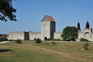 Dalmansporten, en del av Visby ringmur, i bakgrunden syns domkyrkans torn.